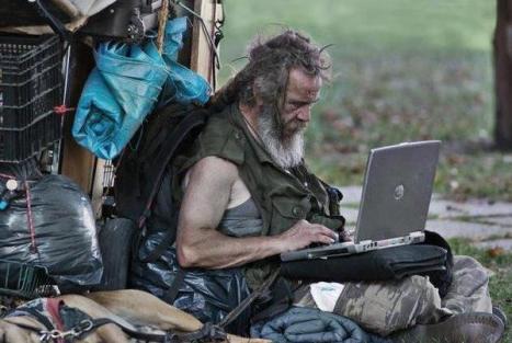 mendigo com computador